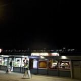 Flere af drengene fra S.O.G. – Sjælør Original Gangster – holder til ved kebabhuset ved Sjælør Station.