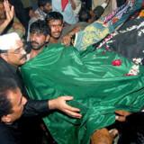 Benazir Bhutto begraves af bl.a. sin mand Asif Zadari  (med hvid kalot) .