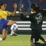Marta er her, i kampen mod værtsnationen Kina, på vej til at score et af sine mange mål ved VM. Foto: David Gray/Reuters