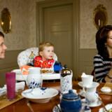 Prins Christian spiser rugbrødsmadder og prinsesse Isabella får babymos, inden de skal puttes til middagsluren.