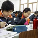 Cao Manxi forrest i klassen, hvor der kan være op til 65 elever. Om vinteren må eleverne sidde med overtøj, da der ikke bliver sat varme på.