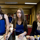 Tre piger er i gang med fysikforsøg på Egedalsskolen i Kokkedal.