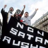 En af mange demonstrationer mod Salman Rushdie og »De sataniske vers«, denne i Paris i februar 1989.