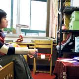 Når 17-årige Cao Manxi er hjemme hos sin forældre i weekenden, holder hun fri. Men kun om lørdagen, hvor hun ser tegnefilm. »Jeg elsker tegneserier, for tegneserieverdenen er lige omvendt af vores egen verden. De har overnaturlige kræfter. Det er en helt anden verden,« fortæller hun. Om søndagen står den til gengæld på ekstraundervisning, bl.a. engelsk på en privatskole.