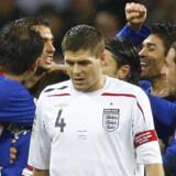 Alle kan vinde EM. Ja, det vil sige næsten. For en flok danske fodboldspillere og Englands anfører Steven Gerrard (foto, hvid bluse) kan godt begynde at lede efter et andet sted end Østrig og Schweiz som sommerferiedestination i 2008. Kroaterne bag Gerrard på billedet har derimod muligheden for at få et langt og succesrigt ophold i alperegionen om syv måneder.