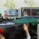 Bhuttos støtter bar hendes kiste frem mod begravelsen. Tv-billede fra pakistansk tv/AFP
