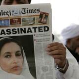 En pakistansk mand holder her den engelsksprogede avis Khaleej Times op foran fotografen.