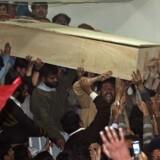 Tilhængere af afdøde Benazir Bhutto bærer hendes kiste fra hospitalet i Rawalpindi. Politikeren begraves fredag.