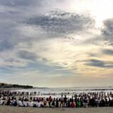 Miljøaktivister er i gang med en aktion på Balis Kuta Beach.