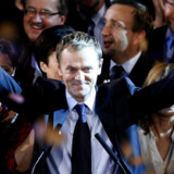 Vinderen af søndagens valg i Polen og kommende premieminister, Donald Tusk, fejrede søndag aften valgsejren med sit liberale, centrum-højre parti, Borgerlige Platform. Partiet har fået godt 41 procent svarende til 209 pladser i det polske parlament, Sejmen. Foto: Peter Andrews/Reuters