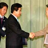 Sydkoreas præsident Roh Moo-hyun giver hånd til Nordkoreas ditto Kim Jong-Il. Foto: AFP