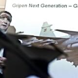 Åke Svensson, topchef hos SAAB, med en model af kampflyet Gripen NG.