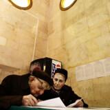 Et ældre ægtepar studerede i går stemmesedlen på et valgsted i Warszawa.