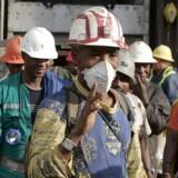 Minearbejdere kommer ud af elevatoren efter et langt ophold i mørket. Foto: AFP/Scanpix