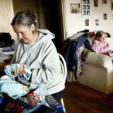 40-årige Susanne Hansson med sin  datter Lotte i deres treværelses lejlighed i Århus. Hun er førtidspensionist og syr selv det meste af sit tøj –  andet har hun ikke råd til.
