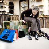 Dansk økonomi overrasker igen – med en lav og aftagende inflation. Med til at forklare udviklingen er, at der kommer stadigt flere bilige varer fra fjerne lande ind på det danske marked, bl.a. sko, tøj og forbrugerelektronik. Arkivfoto: Sigrid Nygaard
