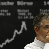 De voldsomme kursfald på de asiatiske og europæiske børser smittede også af på København i går. Denne aktiehandler fra børsen i Frankfurt havde da også fundet den betænkelige mine frem, mens han kiggede forundret på det fortsatte kursfald.