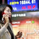 Den amerikanske boligkrise indhentede også Asien i går. Flere japanske banker ligger inde med de risikofyldte subprime-lån, og det gav et gevaldigt dyk i aktierne, der endte på det laveste i otte måneder. Foto: Yoshikazu Tsuno/AFP