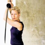 Et godt hug? - Filmforsker Rikke Schubart i rollen som sværdsvingende femme fatale. Foto: Jan Jørgensen