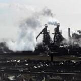I røg og damp troner det gigantiske stålværk i Port Talbot på den sydwalisiske kyst.  Foto: Matt Cardy