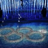 Sig ikke at russerne ikke har humor. Værterne viste i hvert fald en god portion selvironi, da de under afslutningsceremonien kun lavede fire ringe i det olympiske tegn, som jo normalt består af fem ringe - og dermed genopførte fejlen fra åbningsceremonien, hvor én af de olympiske ringe ikke foldede sig ud.KLIK DIG VIDERE OG SE ALLE DE FANTASTISKE BILLEDER FRA AFSLUTNINGSCEREMONIEN