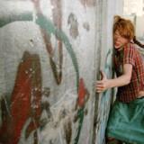 Tanja Schlander, der er studerende ved Det Jyske Kunstakademi, brugte i sommer Pippi-figuren som del af en kunstprojekt i Israel. Her fik hun blandt andet taget billeder af sig selv klædt ud som Pippi, der forsøger at vælte separationsmuren mellem Israel og Palæstina. Foto: Rona Yesman