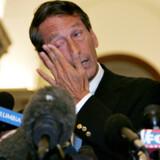South Carolinas guvernør Governor Mark Sanford tørrer en tåre væk, da han fortæller medierne om sin private tur til Buenos Aires i Argentina. Han indrømmede samtidig, at han har været sin kone utro.