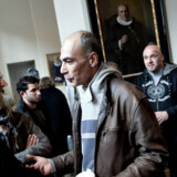 Sognepræst Jesper Stange (tv.) møder de irakiske flygtninge i Vor Frue Kirke lørdag den 16. maj. Efter Danmarks aftale med Irak skulle de ellers være klar til at vende hjem.
