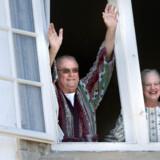 Fejringen af Prins Henriks 75 års fødselsdag startede allerede kl. 8.00 med morgensang til fødselaren. Senere var der både folkelig fødselsdagssang, militær parade og middag med de nærmeste par hundrede mennesker.