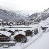 13.000 skiturister, der ikke har kunnet forlade en schweizisk alpeby, har udsigt til at kunne komme væk.
