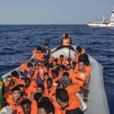 Migranter som disse på vej over Middelhavet skal fremover have deres sager om asyl ekspresbehandlet i særlige centre langs den tysk-østrigske grænse, hvis de altså ønsker at søge asyl i Tyskland.