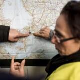 Flygtninge på Flensborg Banegård ser på et kort over Danmark, Sverige og det sydlige Norge, som er blevet hængt på billetautomaten. Tirsdag meldte EU ud, at Sverige har brug for et pusterum i flygtningestrømmen.