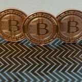 Selv om bitcoin er en digital valuta, findes der også fysiske mønter med det karakteriske B-logo. Arkivfoto: Karen Bleier, AFP/Scanpix
