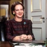 """76-årige dronning Margrethe markerer med nye udtalelser som indvandrere i Danmark et slutpunkt på en bevægelse, hvor hun har fulgt danskerne gennem flere årtier, vurderer historiker. Her et billede fra den ofte citerede nytårstale i 1984, hvor dronningen kom med en opsang til danskerne og deres """"små, dumsmarte"""" bemærkninger om indvandrere. Scanpix/Jan Jørgensen"""