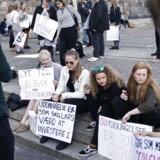 Studerende demonstrerer imod de varslede skæringer i SU i forbindelse med statsminister Lars Løkke Rasmussens 2025 helhedsplan. Christiansborgs slotsplads. (Foto: Emil Hougaard/Scanpix 2016)