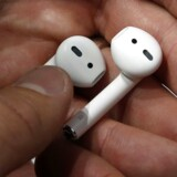 Apples afskaffelse af hovedtelefonstikket skal skaffe giganten ekstra penge i kassen ved salg af trådløse ørepropper, som snart bliver væk, lød kritikken, mens mobilkonkurrent i stor annonce påpegede, at Apple har kopieret deres toptelefon. Apple vil ikke offentliggøre salgstal, når iPhone 7-telefonerne kommer.