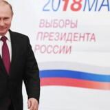 Vladimir Putin sætter kurs mod ny præsidentperiode i Rusland. Det viser flere valgstedsmålinger søndag aften.