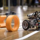 RoboCup 2017 på DTU. Selvkørende robotter kører om kap på en bane med trapper, kurver, en guillotine og mange andre forhindringer. Blandt andet få en golfbold i hul, spille kryds og bolle og ikke mindst køre ræs.