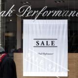 Indtjeningen halter. Det givtige mærke Peak Performance er på diskret måde sat til salg. Aktien er nu et væddemål om denne salgspris. De to andre mærker skal genrejses over nogle år.