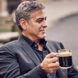 Nestlé, med skuespilleren George Clooney i front, er i dag den ukronede konge af kapselkaffe. Men Nestlés 28 procents andel af verdensmarkedet vil hurtigt blegne, hvis det lykkes schweiziske JAB Holding at overtage amerikanske Keurig Green Mountain; deres samlede markedsandel vil være 41 procent. PR-foto.