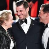 Elisabeth Moss, Claes Bang og Dominic West poserer ved deres ankomst til fremvisningen af filmen »The Square« ved Cannes-festivalen. Filmen vandt den prestigiøse Palme d'Or (»Guldpalmen«) – og er nu nomineret til en Golden Globe i kategorien »Bedste udenlandske film«.