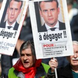 Emmanuel Macron besynderligt timede angreb på modstanderne af hans arbejdsmarkedsreform blev brugt i mod ham under tirsdagens demonstrationer. »Fyr ham - en dovenlars, kyniker og ekstremist,« står der på plakaten i vesntre side af billedet. REUTERS/Charles Platiau