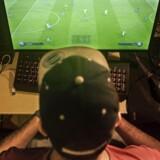 Mohamad Al-Bacha, 17 år verdensmester FIFA Interactive World Cup. Her på sit værelse, hvor han for tiden øver sig syv timer om dagen for at kunne beherske den nyeste udgave af det populære fodboldspil.