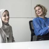 Zainab Alatraktchi, der læser på KU, var CEO for en dag hos Micosoft. Zainab Alatraktchi (tv) og Marianne Dahl Steensen (th).