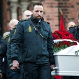 Betjente og kollegaer udvalgt af familien bærer kisten ud til bilen, der skal tage Jesper Jul på den sidste rejse.