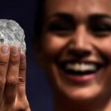 »Det er blot anden gang i menneskets historie, at man finder en sten på over 1000 karat. Hvorfor skulle man slibe den? Den ubehandlede sten rummer et ufortalt potentiale,« siger William Lamb, chef for Lucara, der ejer Lesedi La Rona (billedet). Reuters/Dylan Martinez/arkiv