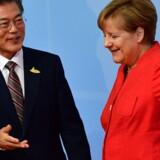 Præsident Moon Jae-in ses her i møde med Tysklands Angela Merkel. Præsidenten blev i maj blandt andet valgt på et ønske om at styrke dialogen med Nordkorea. Scanpix/Tobias Schwarz