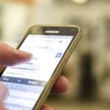 Fra juni næste år vil europæiske forbrugere årligt kunne bruge mobilen i et andet EU-land i 90 dage uden at skulle betale roamingtakster. / AFP PHOTO / BERTRAND GUAY
