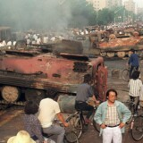 Dagen derpå efter oprøret i Beijing. Demonstranter satte ild til mere end 20 pansrede mandskabsvogne. Foto. AFP/Scanpix