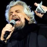 Beppe Grillo for fuld udblæsning under et møde forud for regionalvalget på Sicilien i november. Siden har stifteren af Movimento 5 Stelle holdt lav profil, og beslutningen om en digital skilsmisse mellem Beppegrillo.it og protestbevægelsen ligner begýndelsen til enden på hhans polkitiske karriere. REUTERS/Guglielmo Mangiapane